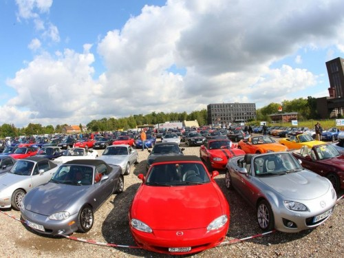 Mazda установила рекорд, собрав в одном месте 459 родстеров MX-5
