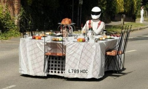 Завтрак за столом на скорости 210 км/ч