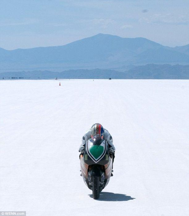 На соленом озере  Бонневиль в штате Юта прошли скоростные испытания электромотоцикла Mission One