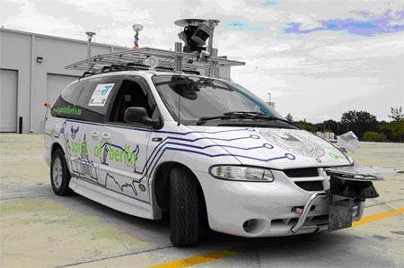 Оснащенный электротехникой автомобиль управляется при помощи мобильного телефона