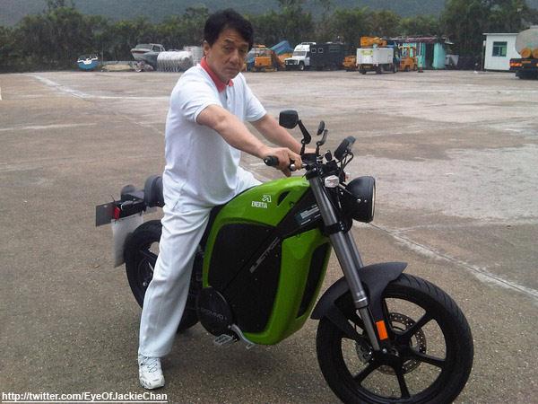 Актер Джеки Чан выпустил экологически чистый электробайк