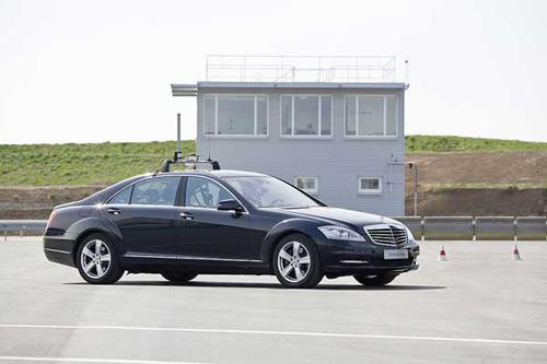 Управлением машин Mercedes теперь занимаются роботы
