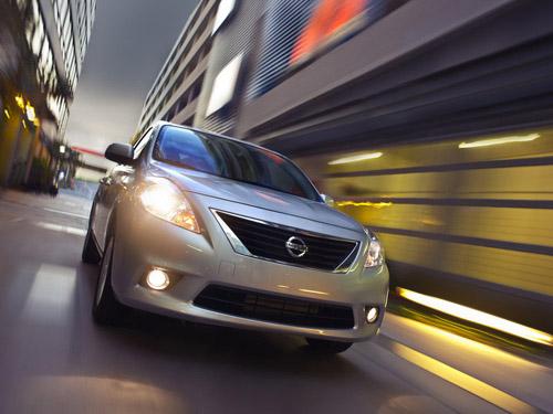 bg800_409212 Nissan показал на автосалоне в Нью-Йорке седан за 11 тысяч долларов